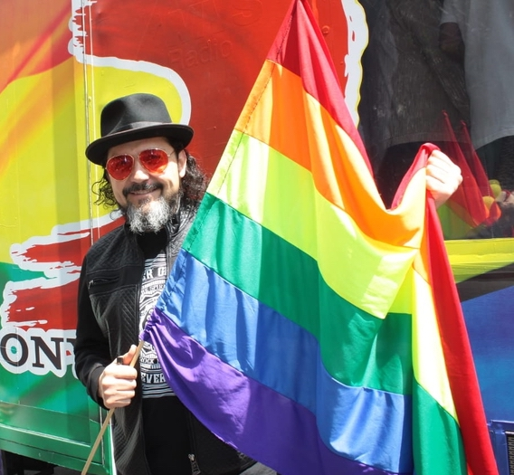 reyli-celebridades-heterosexuales-bandera-lgbtq