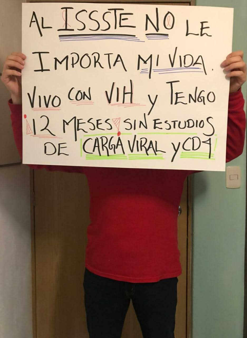 Usuario con VIH sostiene pancarta reclamándole al ISSSTE.