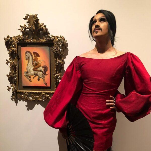 Antes de exponer junto a Picasso, Fabián Cháirez posa junta al 'Zapata gay'.