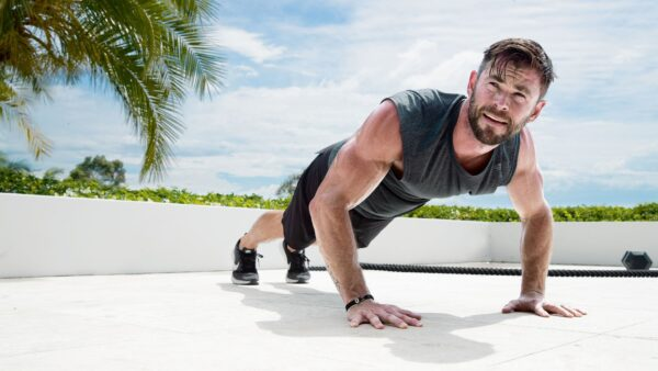Chris Hemswoth haciendo el ejercicio que se conoce como caminar como animal.
