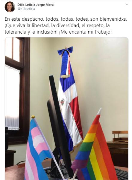 funcionaria banderas trans y LGBT+