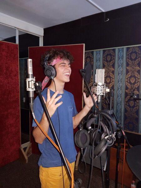Joaquín Bondoni grabando una canción en el estudio de grabación.