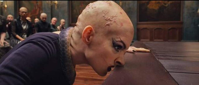 Anne Hathaway viéndose horripilante en la nueva versión del ramake de Las Brujas.
