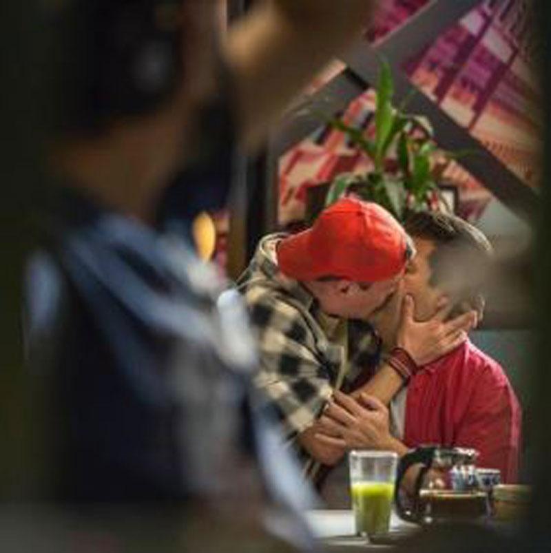 Beso gay del Burro Van Rankin y Armando Hernández