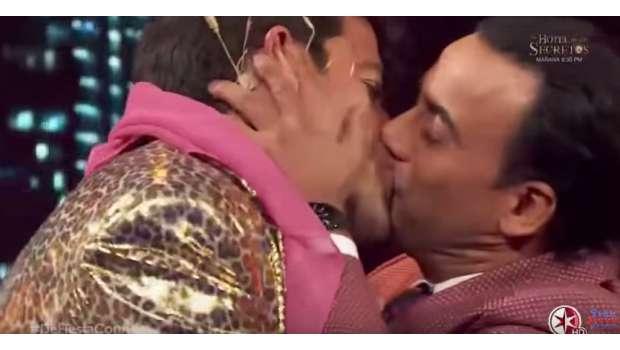 Beso entre El Burro Van Rankin y Adal Ramones