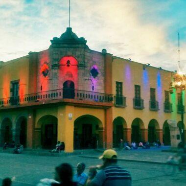 Museo del Bicentenario iluminado con la bandera LGBT+. Dolores Hidalgo, Guanajuato