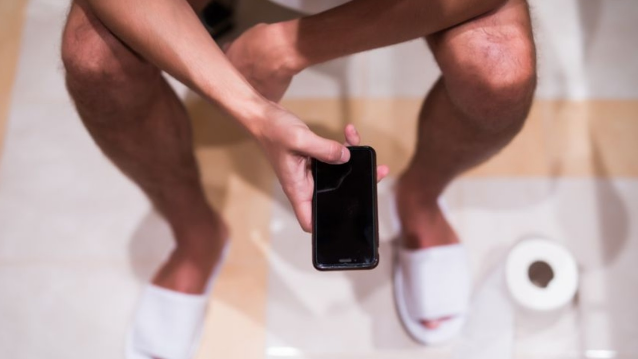 covid home office celular baño