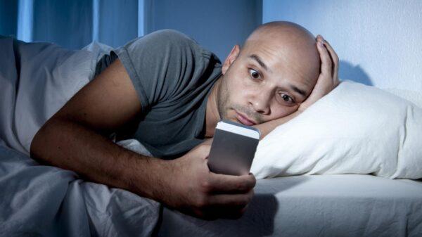 covid home office celular cama