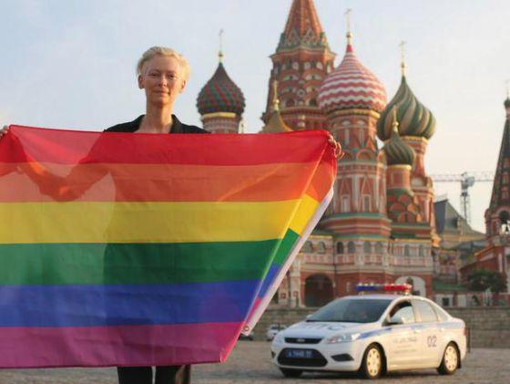 Tilda Swinton sostiene una bandera LGBT+
