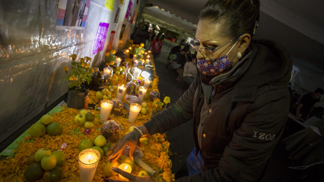 Montan un altar para recordar a víctimas trans de crímenes de odio