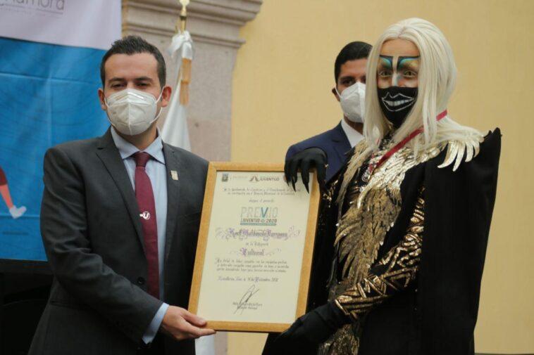artista drag mexicano recibe premio