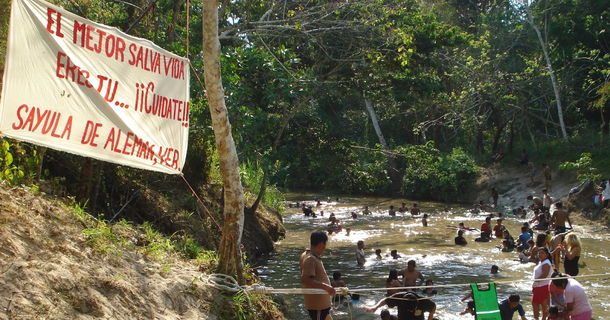Trío en balneario de Veracruz