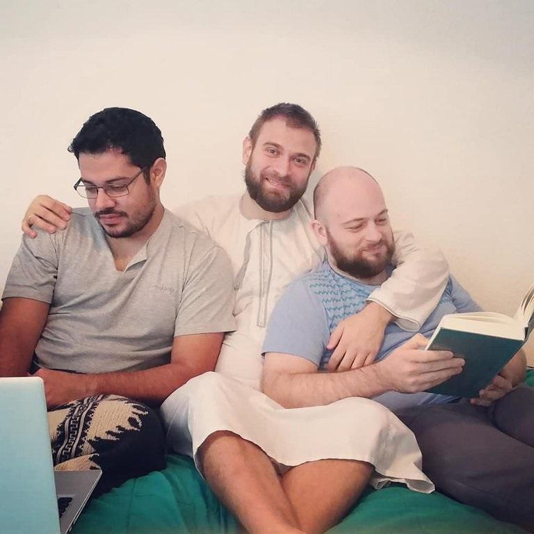 Will, Mateusz y Krzysztof tienen una relación gay poliamorosa