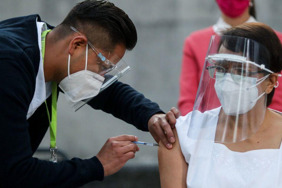 aplicación de vacuna para la COVID-19 en México