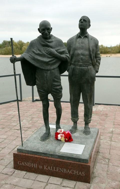 Estatua Mahatma Gandhi y Herman Kallenbach