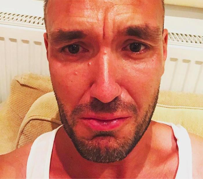 hombre llora triste lagrimas