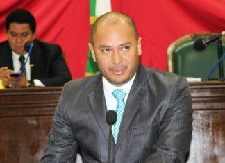 Roberto Carlo Yáñez Moreno se hace parsar por LGBT+ para ser candidato