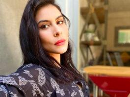 María leon cantante actriz beso mujer