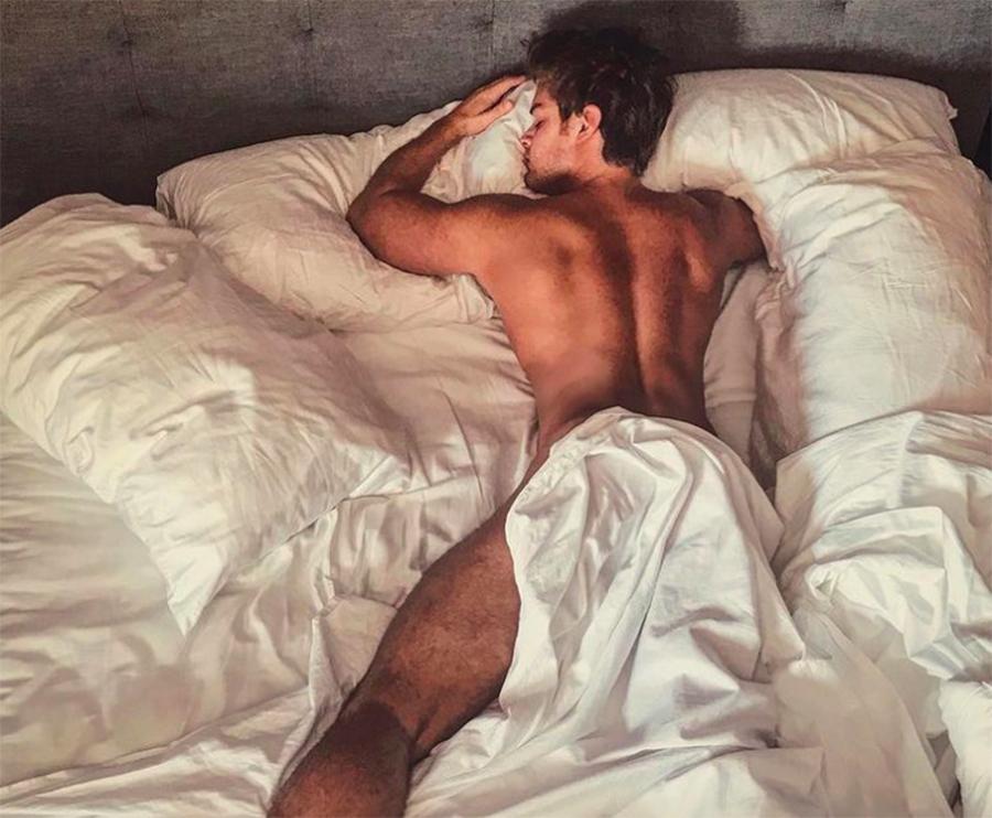 Polo Morín fotos hot sábana desnudo