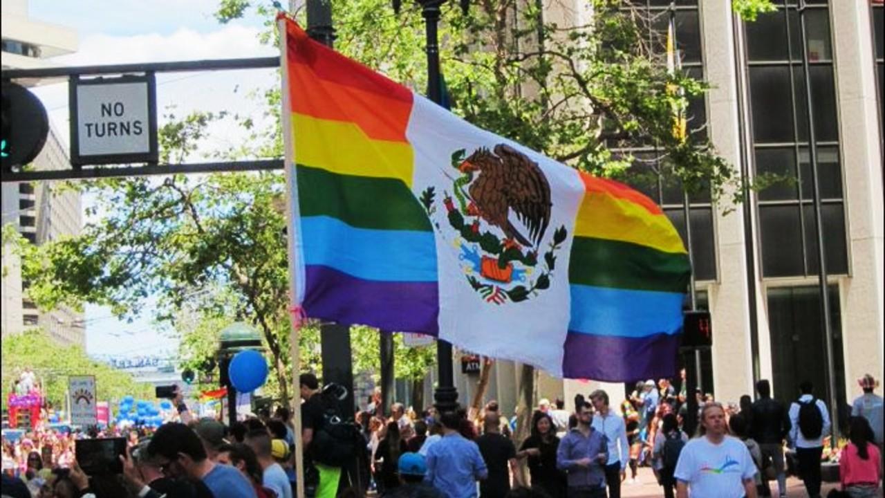 Ponerle colores LGBT+ a la bandera de México es delito