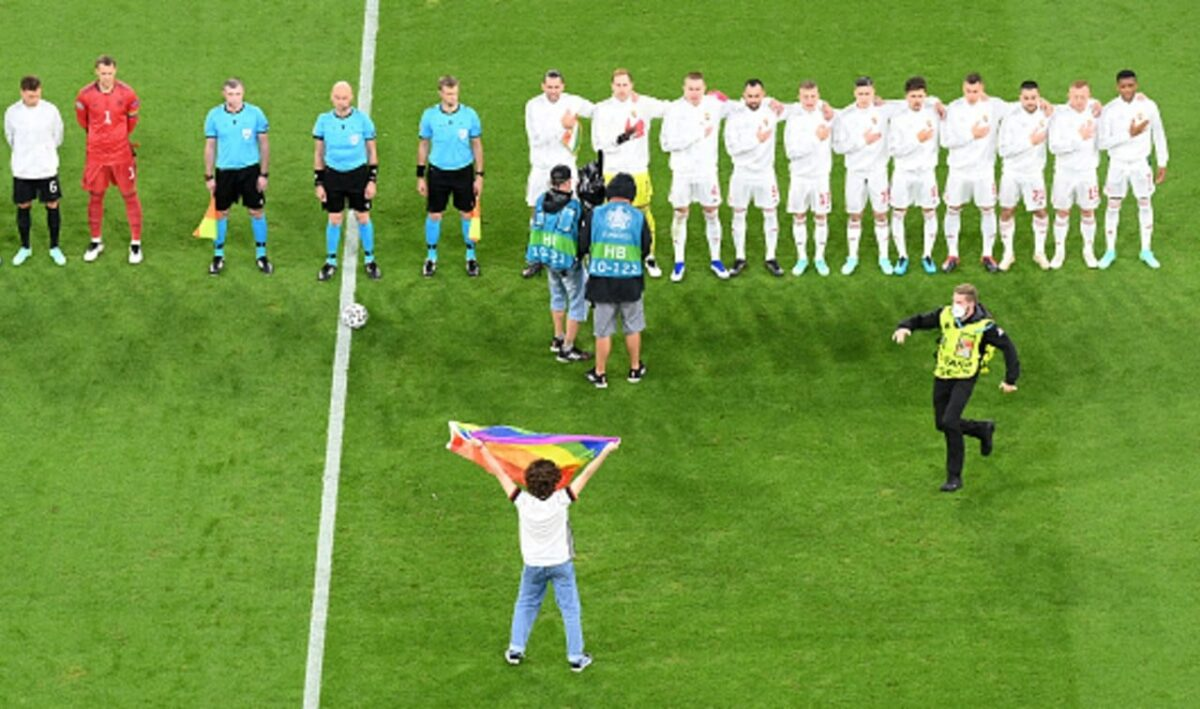 Hombre con bandera LGBT+ en estadio de Múnich