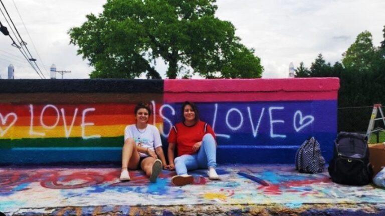 Racista insulta a pareja lésbica mexicana por pintar bandera LGBT+