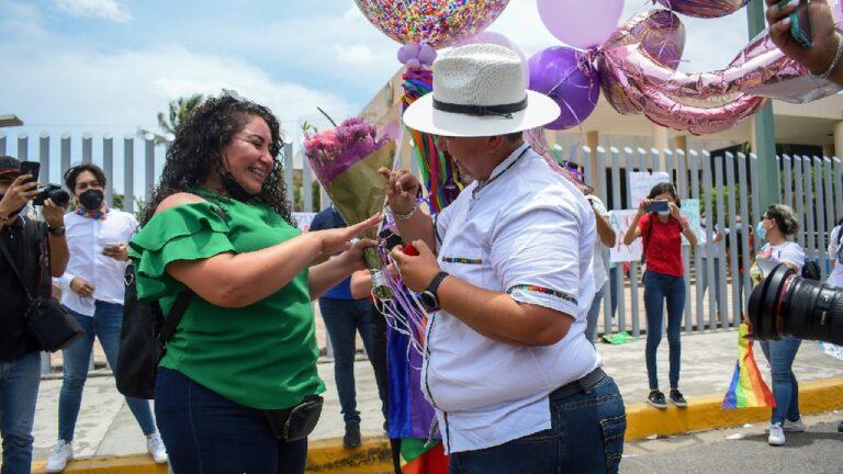 Pareja lésbica sinaloense se compromete tras aprobación de matrimonio igualitario