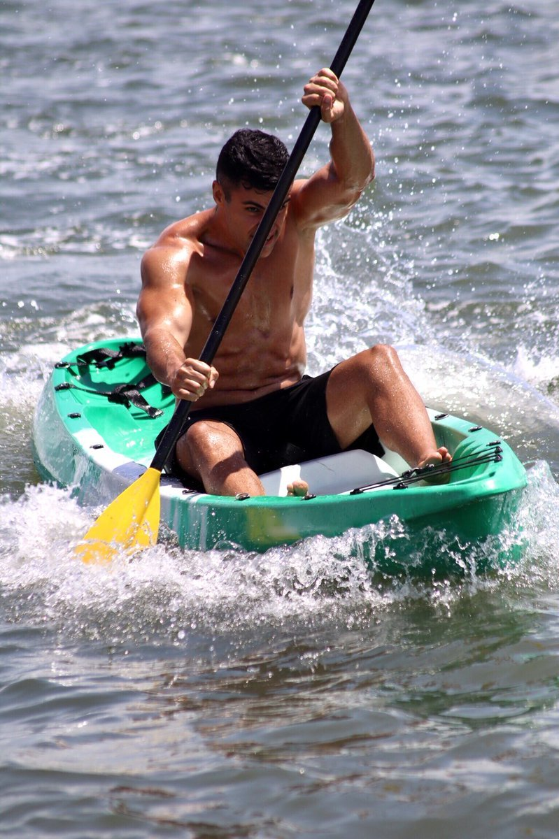 Pita Taufatofua practicando canotaje