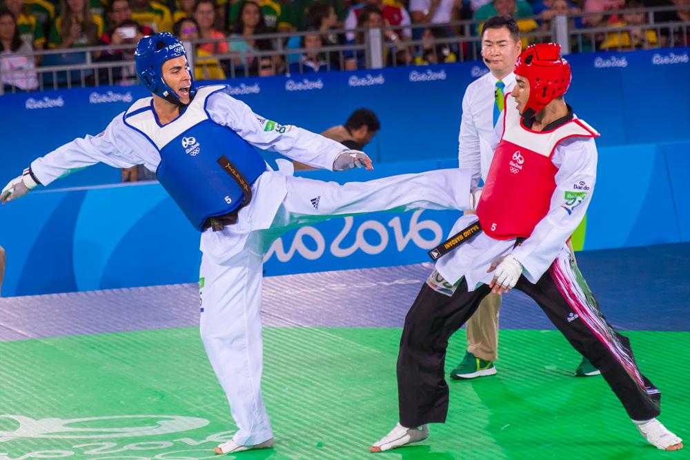Pita Taufatofua compitiendo en Taekwondo
