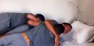 Atletas mexicanos Jesús Angulo, Jesús Esquivel y Adrián Mora prueban camas antisexo