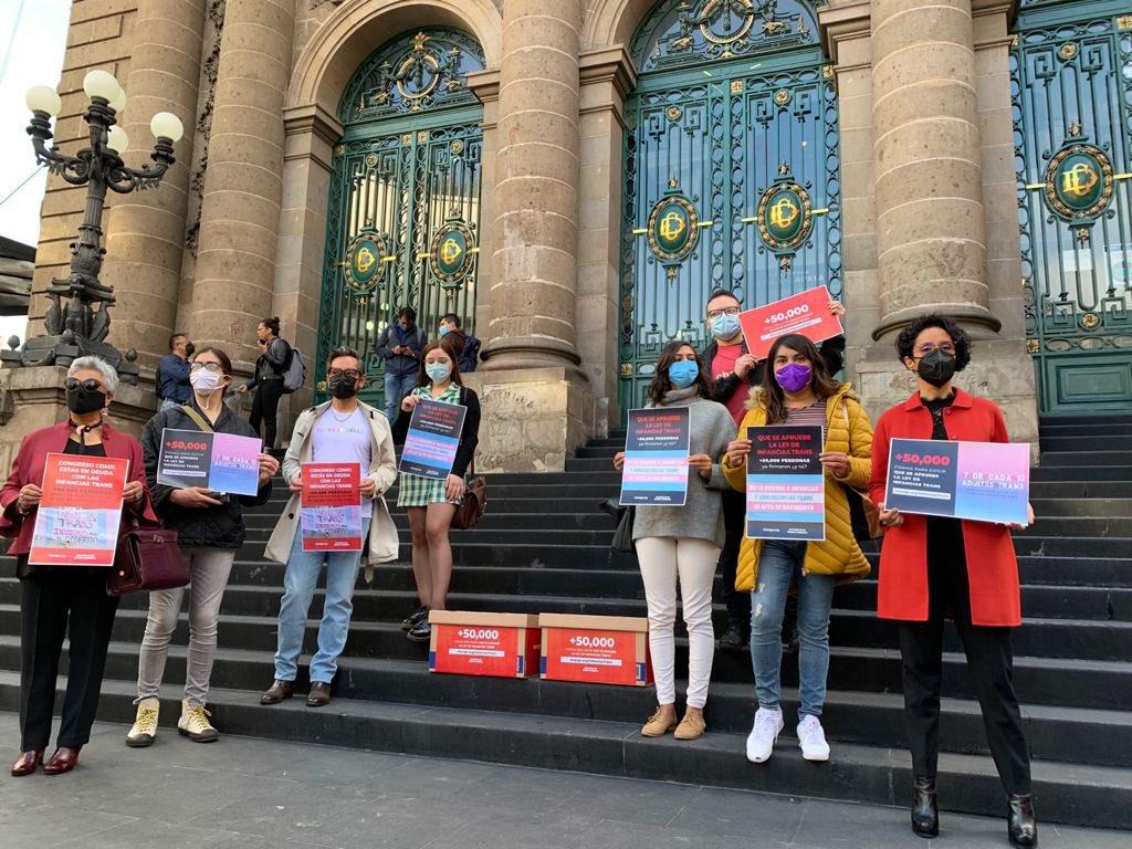 Firmas a favor de la ley de infancias trans