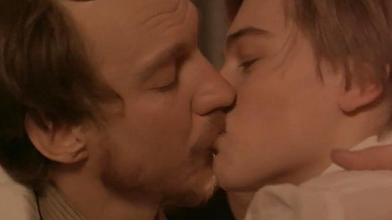beso gay Leonardo DiCaprio